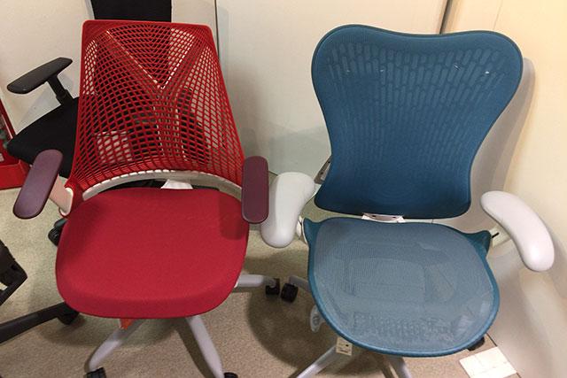 セイルチェア(左)とミラ2チェア(右)